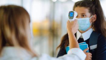 """Según un experto británico, ventilar las aulas sería """"mucho más efectivo"""" que el uso de…"""